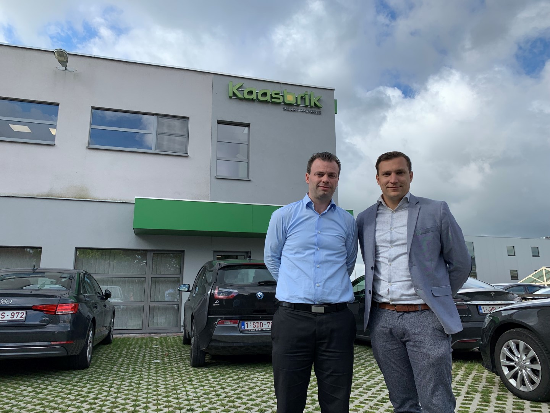 CEO Logitrans en CEO Kaasbrik poseren voor de fabriek Kaasbrik