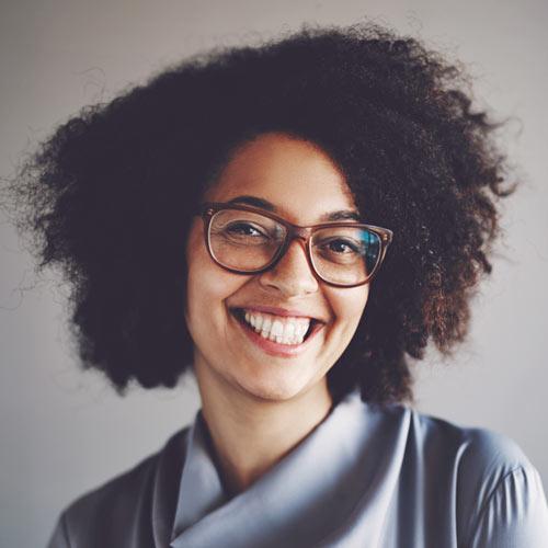 Foto van een glimlachende jonge dame