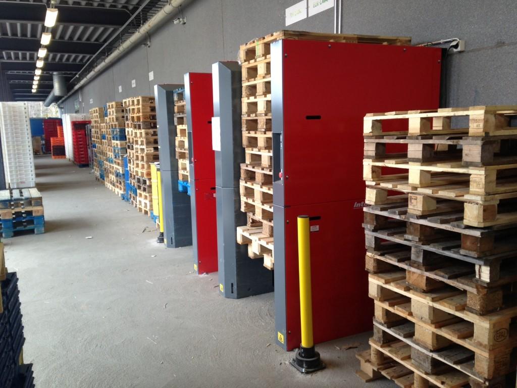 Pneumatische palletmagazijnen met een stapel palletten in en bij