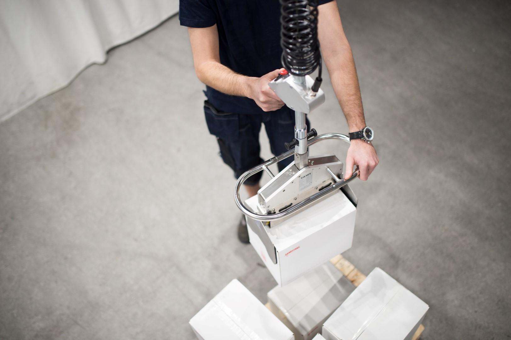 Snelle takel met tool om dozen te manipuleren