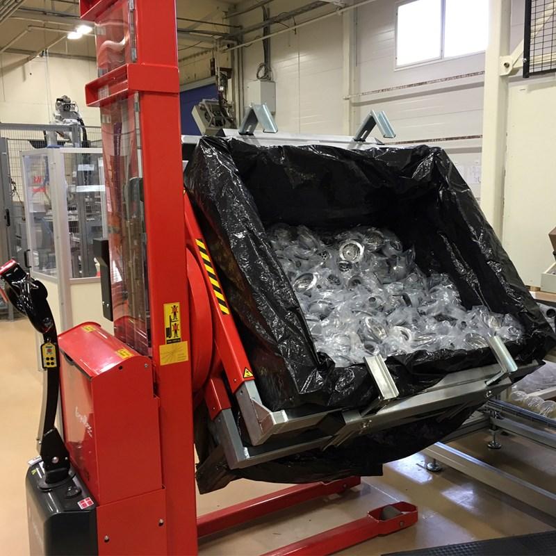 Logitrans rotator kantelt box met plastic goederen om deze gemakkelijk te bewerken
