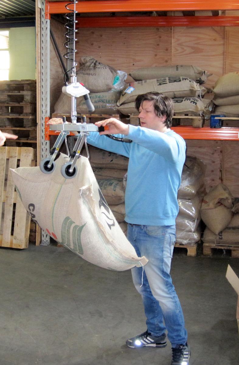 Operator gebruikt snelle takel voor het heffen van jute zakken