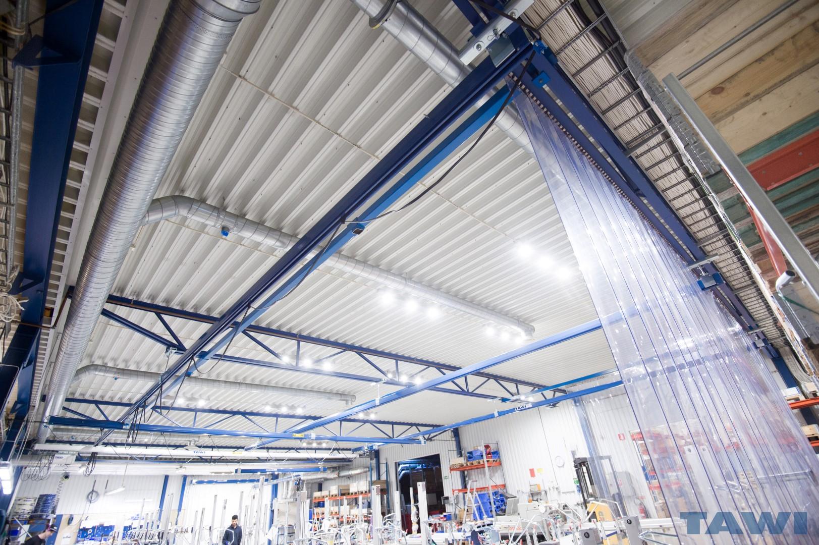 Custom rolbrug vastgemaakt aan het plafond. Unieke constructie voor grote breedte te overspannen.