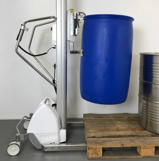 Papegaaibek voor compacte hefwagen om vaten op te tillen