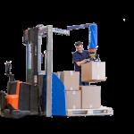 Un opérateur utilise un préparateur de commandes mobile pour placer des boîtes de carton sur une palette.