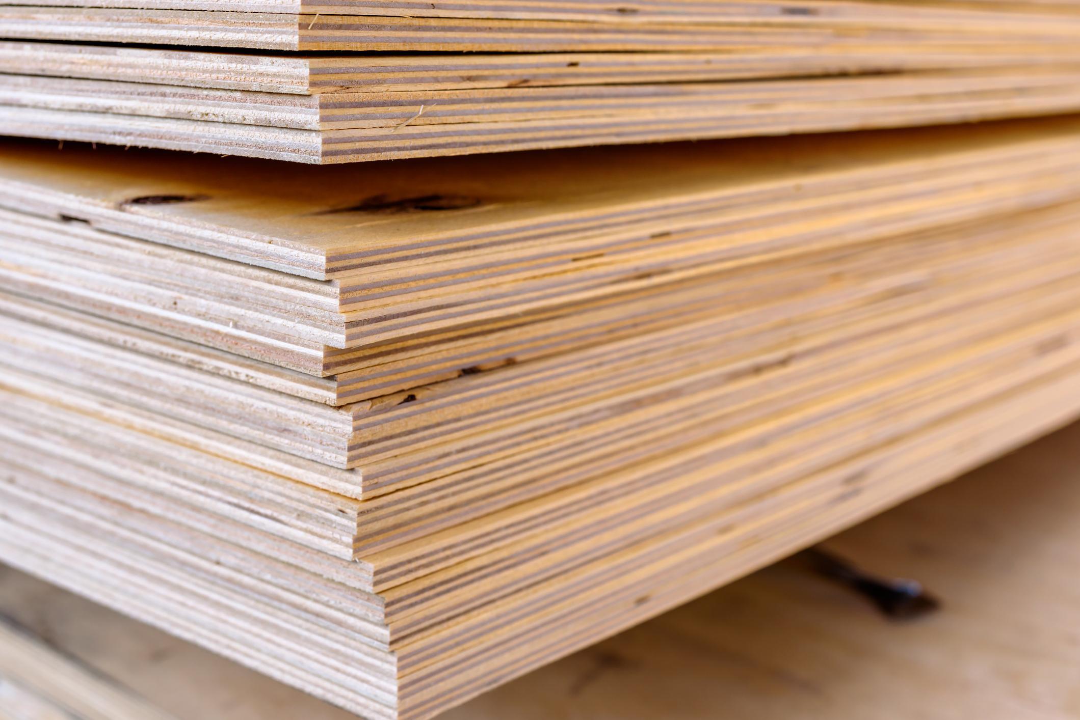 Soulever des plaques de bois