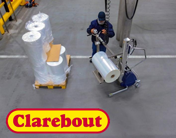 Operator werkt met compacte hefwagen van Tawi om zware rollen te verplaatsen in Clarebout