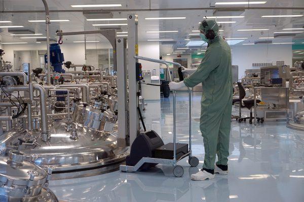 Hefwagen met kraanarm voor de farmaceutische industrie.