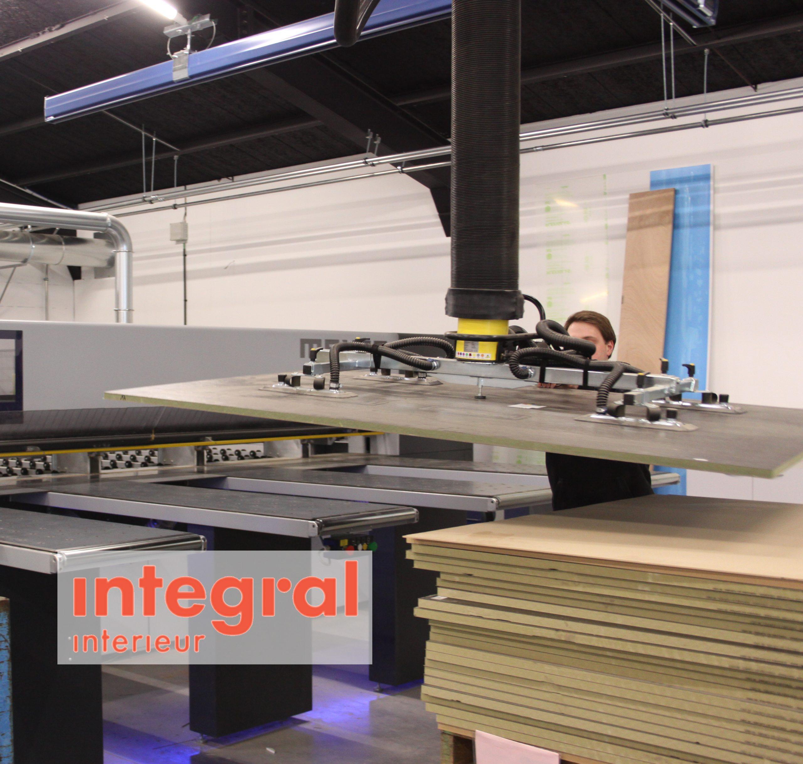 Operator gebruikt multifunctioneel vacuüm systeem voor het heffen van houtenplaten