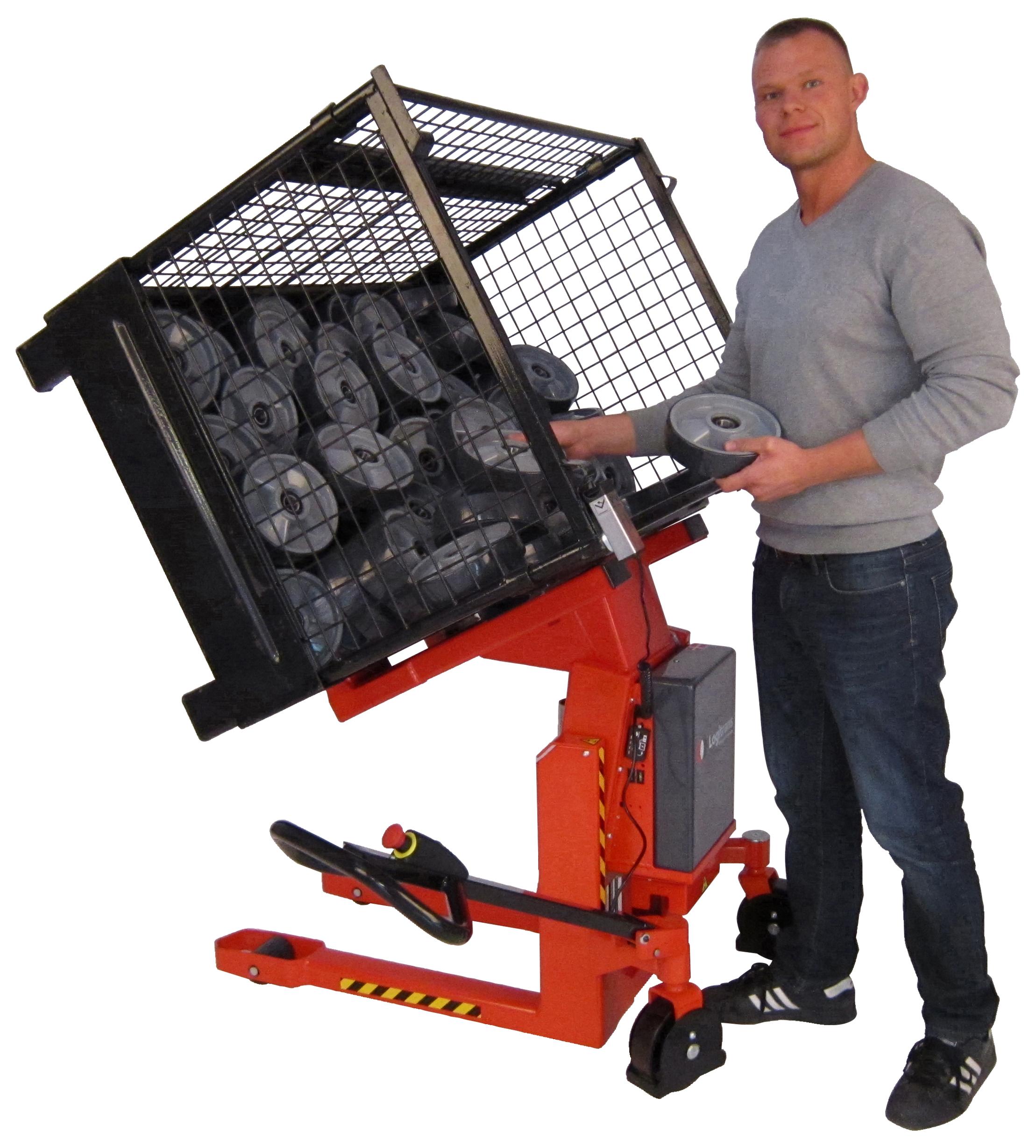 Operator gebruikt Logitilt voor kantelen metalen kist op witte achtergrond