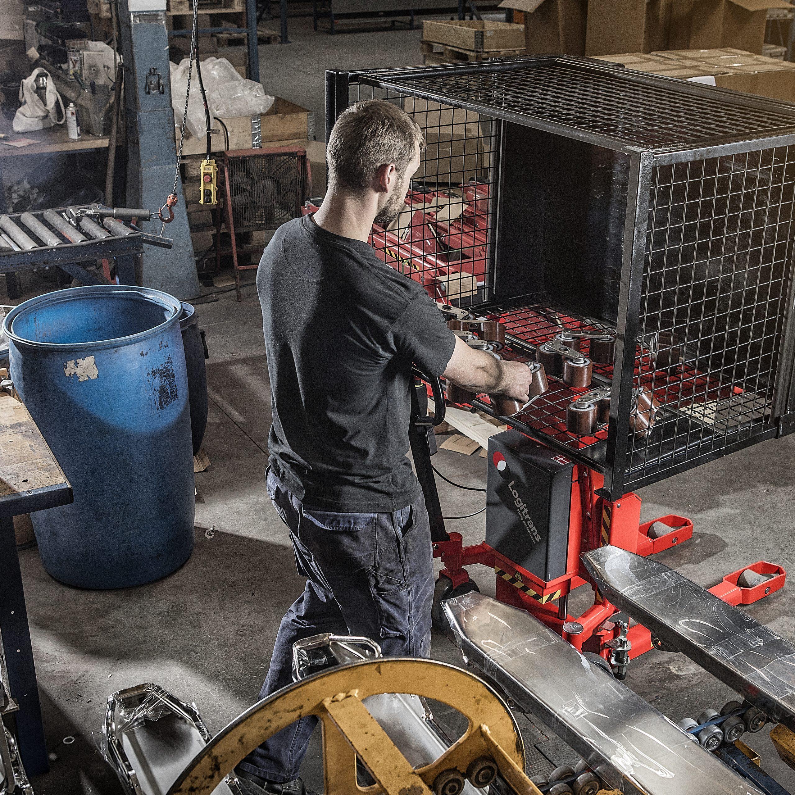 Arbeider haalt onderdelen voor transpallet uit gekantelde kist op Logitilt